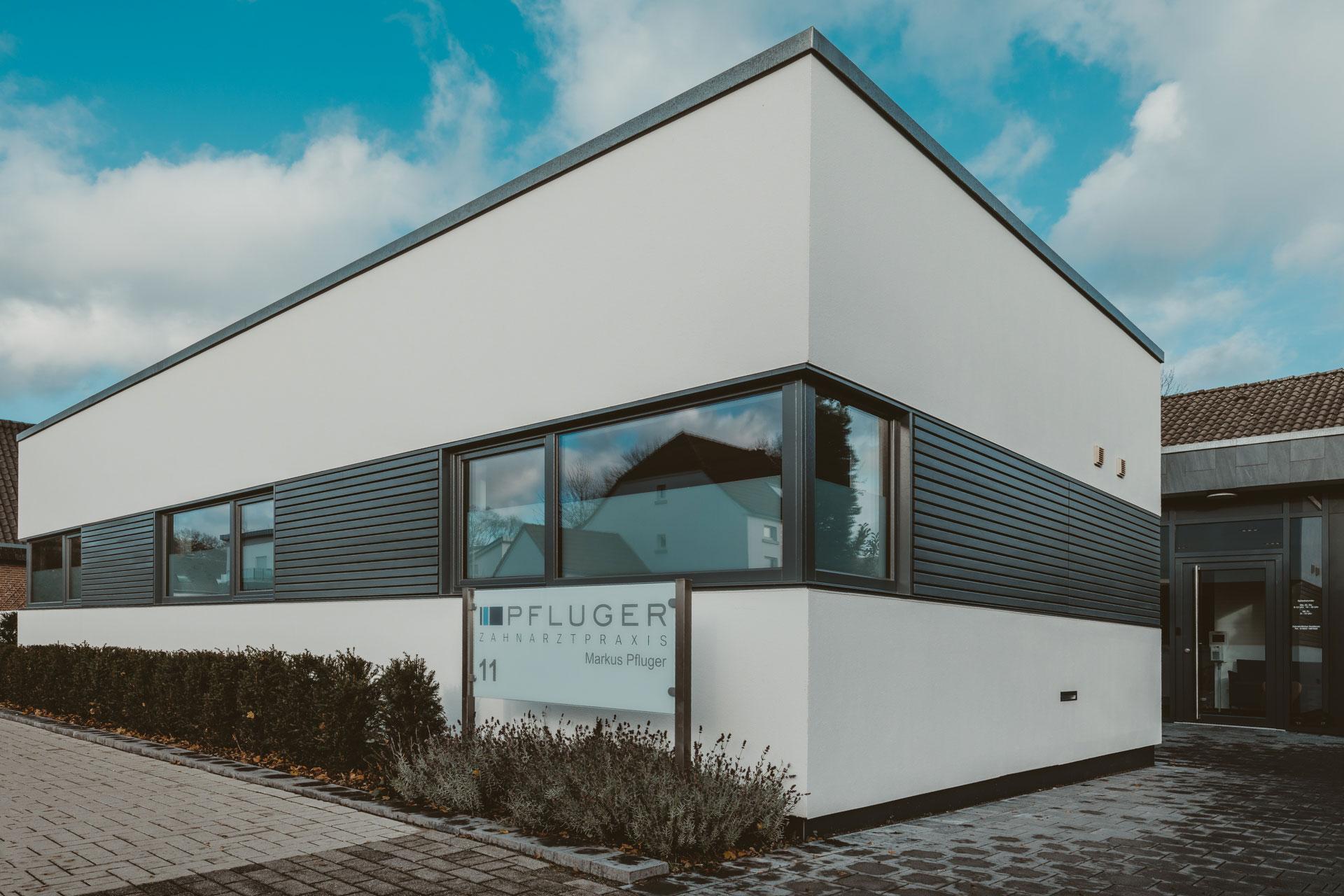 Zahnarztpraxis Pfluger, Alte Bahn 11, 47551 Bedburg-Hau, Blick auf das Praxisgebäude mit Praxisschild