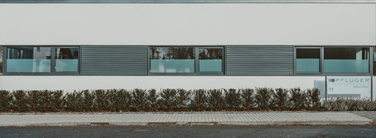 Zahnarztpraxis Pfluger, frontaler Blick auf das Praxisgebäude, Alte Bahn 11, 47551 Bedburg-Hau